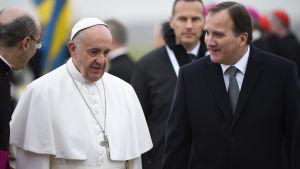 Sveriges statsminister Stefan Löfven tar emot påven Franciskus i Malmö.