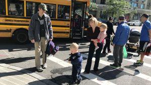 Familjen Hollis möter Christopher Hollis när han stiger av bussen i Queens i New York.