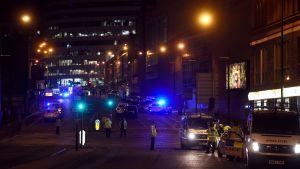 En gata i Manchester i blåljus.