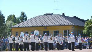 Blåsorkester spelar vid edgången i Borgå 11.08.17