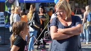 Jenna Hirvonen och Anneli Hirvonen på Borgå torg.