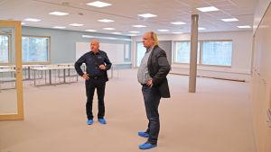 Markku Antinluoma och Jari Kettunen inspekterar Kevätkummun koulus klassrum