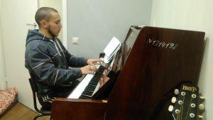 Aleksej har lärt sig själv spela både piano och gitarr.