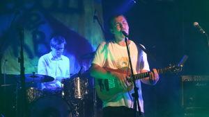 en gitarrist på scenen
