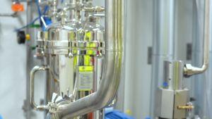 Detalj av maskin inne på Fermions fabrik från 2017 på Fermions fabriksområde i Hangö.