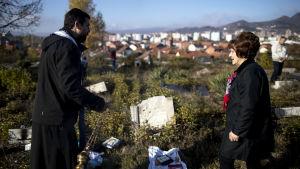 Ivanovic kom från den delade staden Mitrovica där sörjande serber lägger en krans vid gravar för anhöriga som dödades i Kosovokriget på 1990-talet