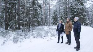 Anna-Maija Nordling, Niklas Tevajärvi och Marcus von Schantz på en snöig väg med skog i bakgrunden.