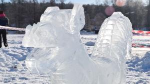 En drake av is på en isig sjö.