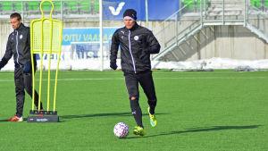 Timi Lahti med bollen på en fotbollsplan.