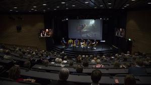 Bild av det fulla auditoriet på Hanaholmen.