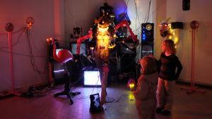 Lapset katsovat KOELSE:n taideinstallaatiota.