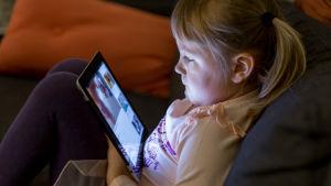Kaisla 5v katselee iPadia