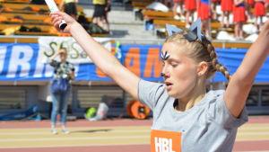 Nathalie Blomqvist sträcker armarna i luften