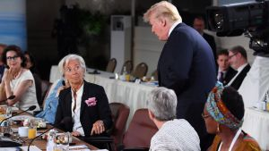 Christine Lagarde tittar upp på Donald Trump, 15 minuter försenad från jämställdhetsmöte
