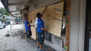 Folk stärker sina hem och hamstrar mat och andra förnödenheter inför orkanen Lanes ankomst på torsdag eftermiddag