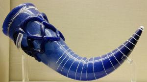 Närbild på ett blått dryckeshorn av glas från 500-600-talet, utställt på British Museum.