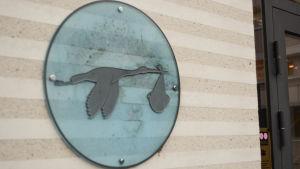 storkbild vid ingången till Borgå bb