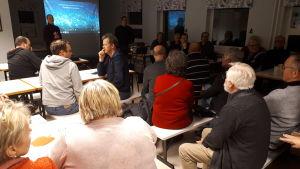 Kelibers informationsmöte i Nedervetil skola i Kronoby.