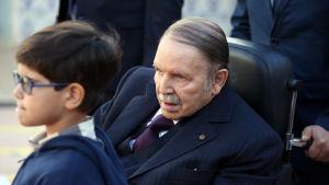 Abdelaziz Bouteflika besöker en vallokal under lokalvalet 2017.