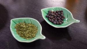 Brännässla och enbär i två olika skålar.