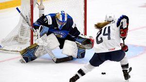 Noora Räty kämpade, men kunde inte stoppa USA i VM-premiären.