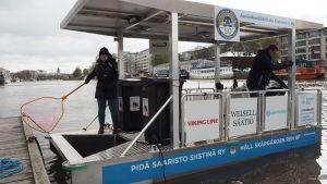 Håll Skärgården Rens fartyg Roska-Roope – ett flytande fartyg som samlar skräp från havet.