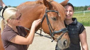 Pia Kulla och Paula Lankinen med en häst.