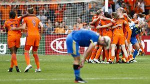 Svenska spelare deppar medan Hollands damer jublar i bakgrunden.
