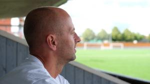Sami Laakkonen tittar ut över Akilles spelplan som nu på sommaren är konstgräs.