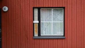 ett fönster och en faluröd vägg