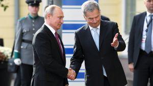 Rysslands president Vladimir Putin och Finlands president Sauli Niinistö skakar hand inför sin gemensamma presskonferens i Finland den 21 augusti 2019.