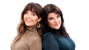 Eva Louhivuori ja Hanna Pakarinen lähikuvassa selät vastakkain. Evalla on ruskea ja Hannalla petroolin sininen paita. Molemmilla on tummanruskeat hiukset.