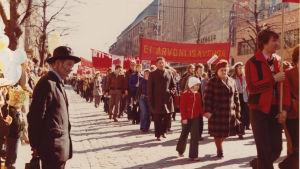 Kirsi Liimatainen vappumarssilla isoäitinsä kanssa 1974