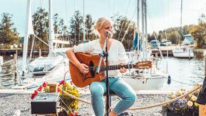 Tove Ljungqvist uppträder vid en hamn.
