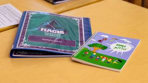 Instruktionsböcker på ett bord.