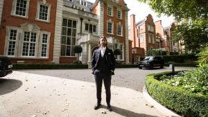 Jay Rutland utanför sitt hem i London