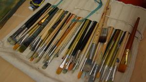 En massa penslar som man målar tavlor med.