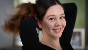 Paula Koskinen Sandberg tekee poninhännän itselleen.