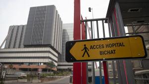 En av portarna till universitetssjukhuset Bichat i Paris fotograferad den 25.1. Samma dag då den nu avlidne patiententen togs in på det  här sjukhuset med coronasymptom.