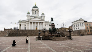 På bilden ses Senatstorget i Helsingfors, helt tomt.