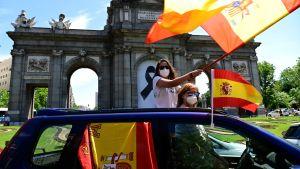 Spanjorer som protesterar mot landets coronarestriktioner i Madrid 23 maj 2020