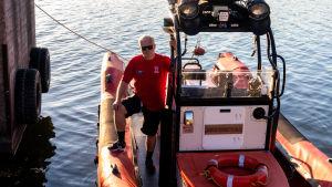 Sjöräddningsbåt vid kaj.
