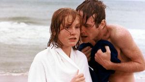 Isabelle Huppert ja Yves Beneyton uimarannalla elokuvassa Pitsinnyplääjä.