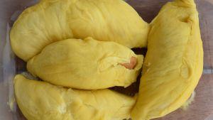 Durianköttet har en intensiv och mångsidig smak. Många tycker att det också finns ett inslag av kaffe bland smakerna.