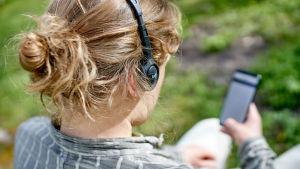Kvinna lyssnar på ljudbok.