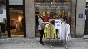 Butik som öppnats efter att ha hållit stängt i flera månader. Restriktionerna lättades 1.3.2021