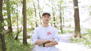 Artisti Fedja Kamara, eli Handshaking valoisassa metsässä puolikuvassa