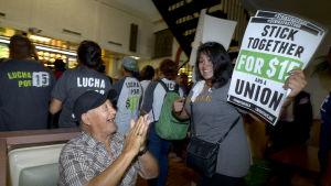 Anställda på McDonalds demonstrerade i september för högre löner.