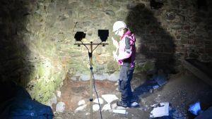 Elina Terävä utför arkeologiska utgrävningar i vapenkammaren på Raseborgs slott.