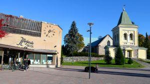 Kyrkslätts bibliotek står bredvid Kyrkslätts kyrka.